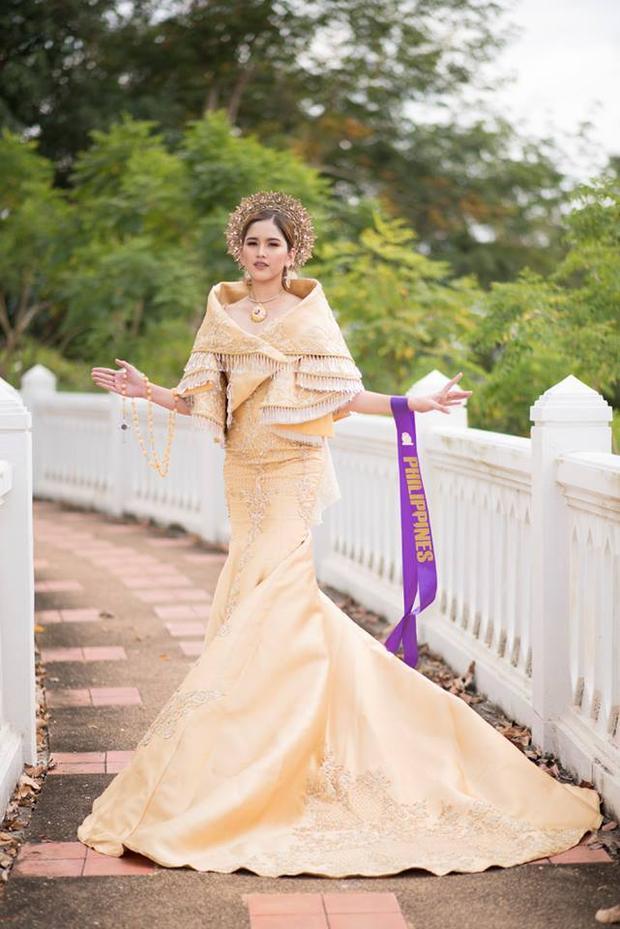 Hình ảnh kém sang trong phần thi được xem là mang sứ mệnh quảng bá văn hóa dân tộc nhưng xem ra không gian lại không được đầu tư đúng với mục tiêu cuộc thi đề ra. Đêm chung kết sẽ diễn ra tối 8/8 tại Thái Lan.