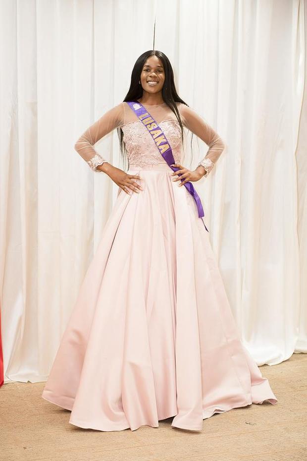 Ngoài thân hình thô, người đẹp Lusaka để lộ nhiều khuyết điểm. Vẻ đẹp của cô bị đánh giá dưới mức trung bình.