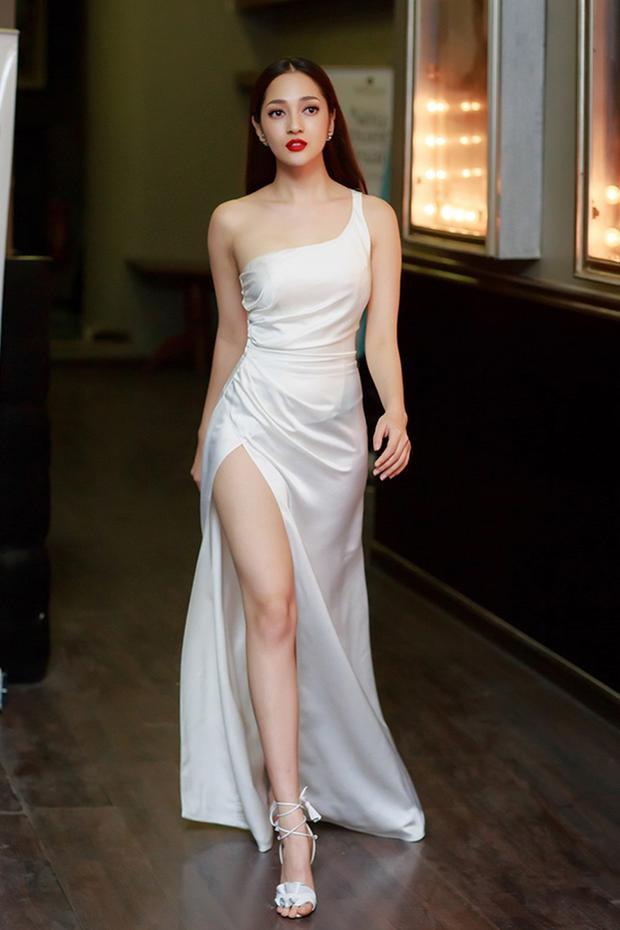Cô nàng xuất hiện như một nữ thần với đôi chân thon dài tuyệt đẹp