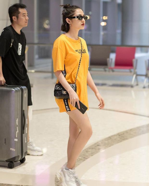 Thời trang sân bay của cô nàng cũng biến hóa vô cùng nhiều.