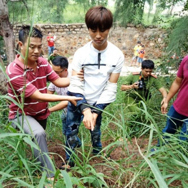 Đối tượng Cao Xuân Thắng (áo trắng) bị công an bắt giữ. (Ảnh: SGGP)