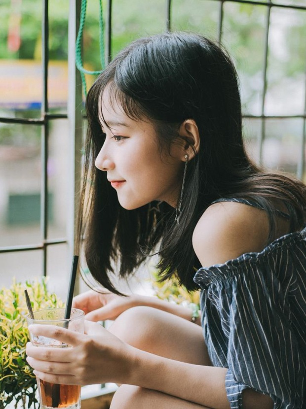 """Bức ảnh góc nghiêng xinh đẹp của Thu Trang được cư dân mạng rào rào """"xin info"""" Thủ lĩnh tình nguyện 10X khiến các chàng trai điên đảo vì quá xinh đẹp"""