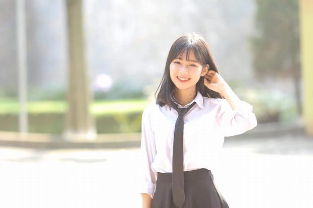 Khi diện sơ mi trắng giản dị, Thu Trang vẫn gây ấn tượng bằng nụ cười tỏa nắng. Thủ lĩnh tình nguyện 10X khiến các chàng trai điên đảo vì quá xinh đẹp