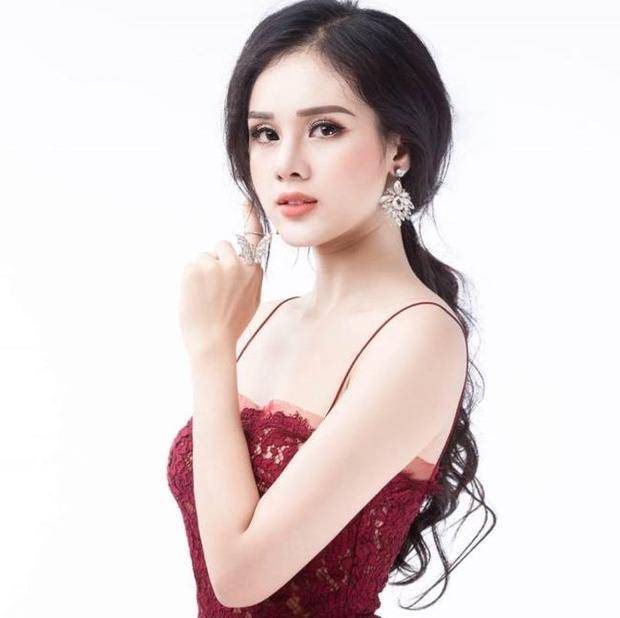 Huyền Trang (sinh năm 1996) là sinh viên khoa Luật Kinh tế, trường Đại học Thành Đông. Cận cảnh nhan sắc 'nóng bỏng mắt' của bạn gái tin đồn Trọng Đại U23