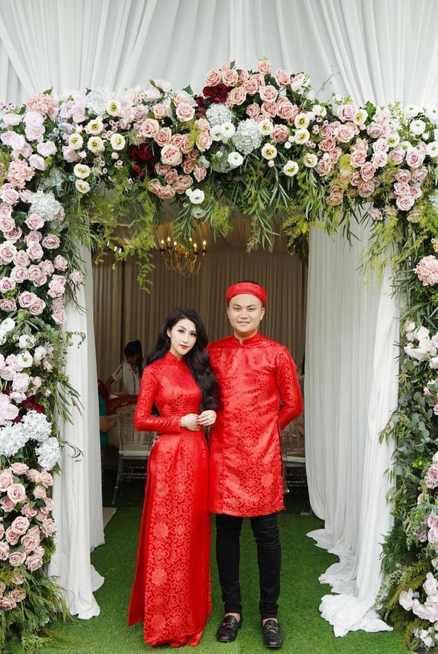 Được biết, cựu hot girl đã hẹn hò chàng trai Sài Gòn được hơn 1 năm trước khi quyết định ăn hỏi và tổ chức lễ cưới vào đầu năm sau.
