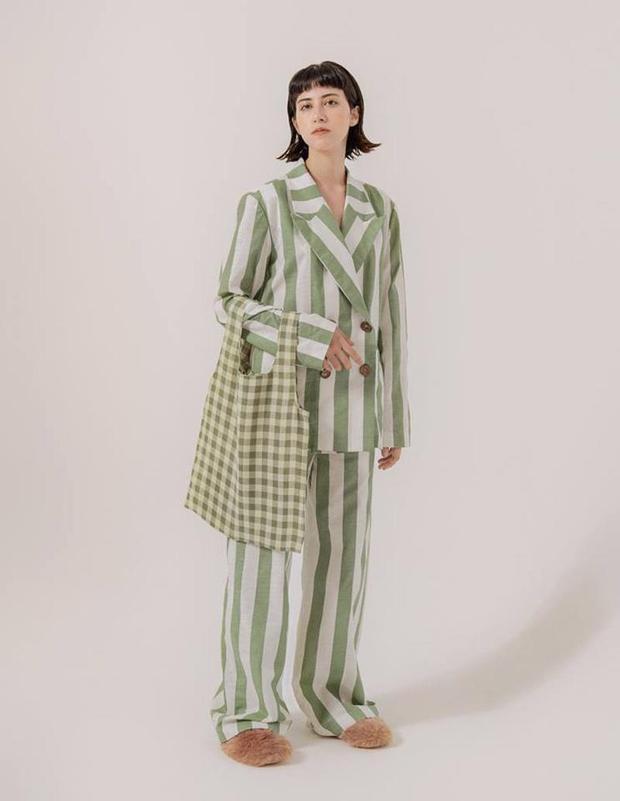 """Cả cây vest cùng quần phom rộng mix với các item: túi tote bag, dép lông đang """"hot"""" nhất hiện nay."""