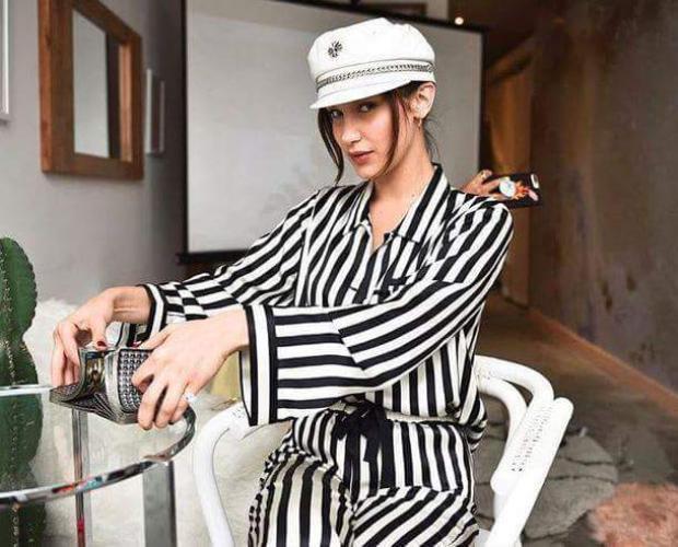 Bella Hadid lại phối cùng mũ để tạo nên set đồ theo phong cách hải quân.