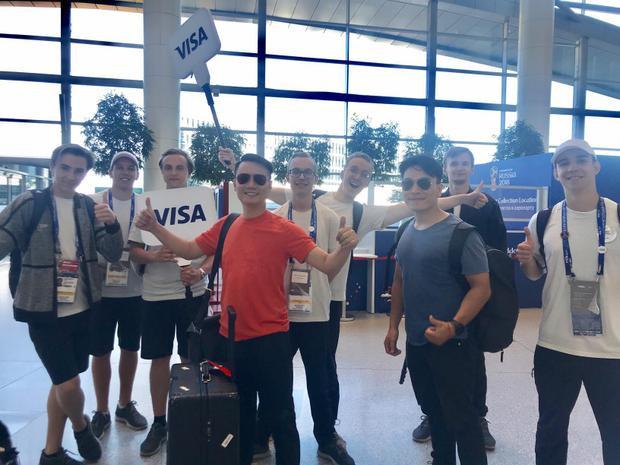 Các bạn tình nguyện viên của Visa rất vui mừng với sự có mặt của 2 vị khách. Đồng thời không quên nhắn nhủ nhẹ với hai anh rằng nhiệt độ mùa này lên đến 32 độ C, y như ở Việt Nam. Cùng Hoàng Lê Giang và Hoàng Bách điểm lại những khoẳng khắc ấn tượng mùa FIFA World Cup 2018