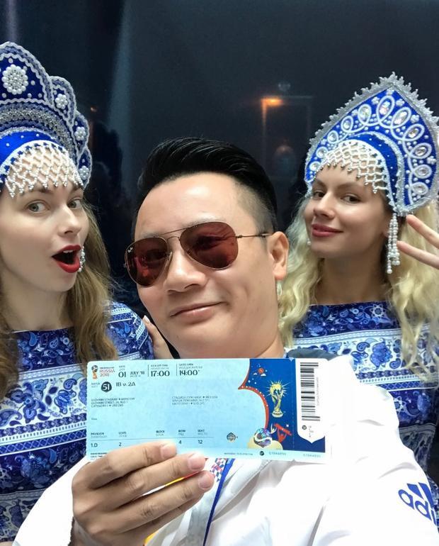Check-in tại sân sân vận động Luzhniki cùng các cô gái Nga xinh đẹp, trên tay Hoàng Bách là chiếc vé FIFA World Cup quý giá do Visa trao tặng. Cùng Hoàng Lê Giang và Hoàng Bách điểm lại những khoẳng khắc ấn tượng mùa FIFA World Cup 2018