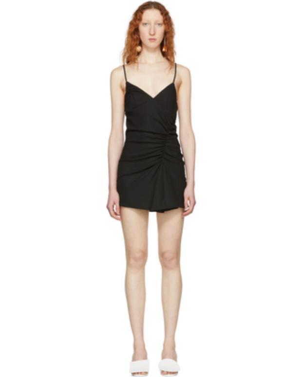 Chiếc váy này có cách xử lí chạy dún xéo thân giống kiểu đầm mà Tăng Thanh Hà, Thủy Tiên cùng nhau mê mẩn ở trên.