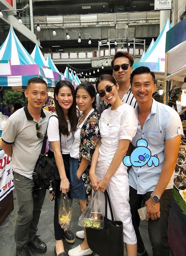 """Xuống phố cùng hội bạn, Hà Tăng khoe sắc vóc ngọc ngà trong chiếc váy trắng may dún. Trang phục này được nhận định là cực kỳ hợp với hình tượng """"băng thanh ngọc khiết"""" của cô."""
