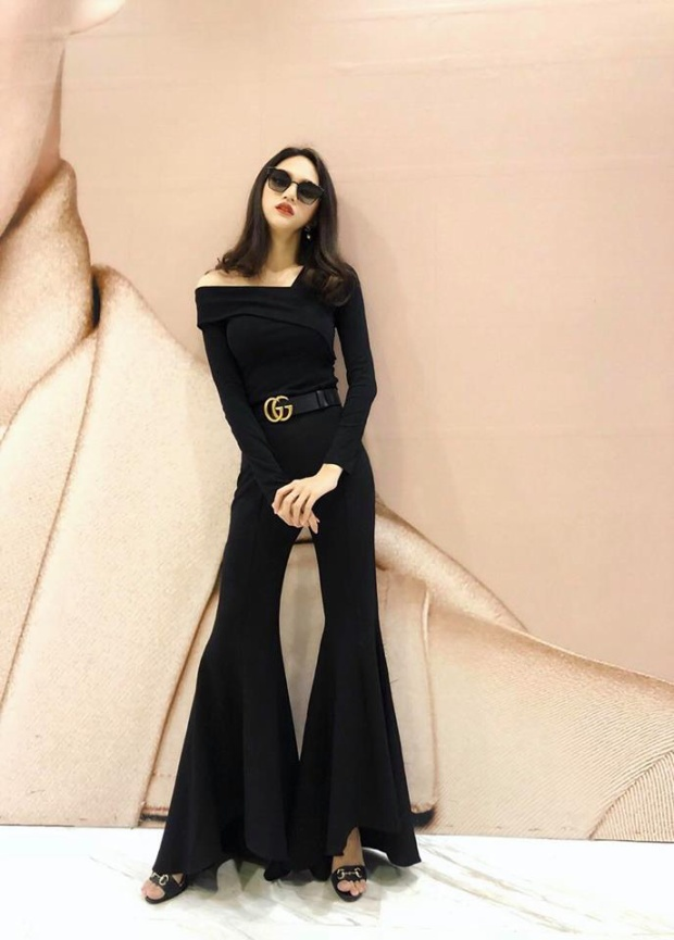 Một thiết kế dáng ôm, trễ vai cùng phần ống xòe vô cùng trendy là sự lựa chọn tuyệt vời để nữ ca sĩ toả sáng trong đêm tiệc. Để tránh đơn điệu, Hương Giang khéo léo nhấn nhá bằng 1 chiếc thắt lưng Gucci bản lớn , đeo mắt kinh đen sành điệu.