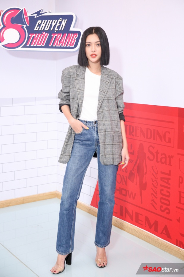 Với tarng phục công sở, Tú Hảo sử dụng một chiếc quần jeans mix cùng áo phông trắng và blazer khoác ngoài.
