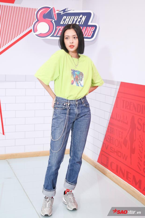 Set đồ thứ hai là một outfit dạo phố. Để tăng vẻ trẻ trung, Tú Hảo mix quần jeans cùng áo phông xanh lá bắt mắt, kèm dây xích ngay lưng quần.