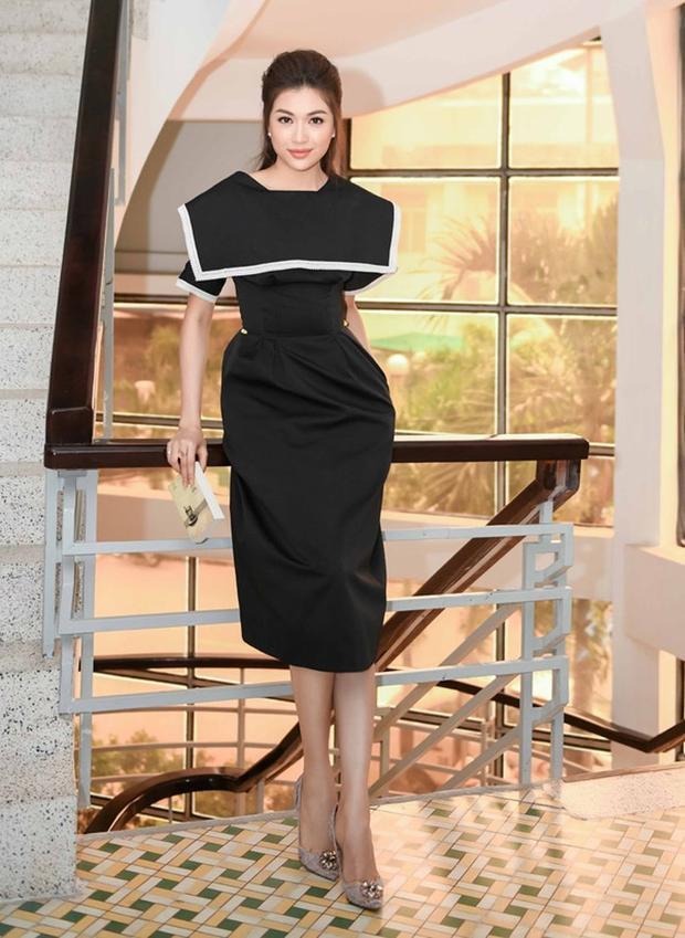 Trong khi đó, Á hậu Hoàn vũ Việt Nam cũng vô cùng nổi bật với bộ trang phục mang sắc đen huyền bí.