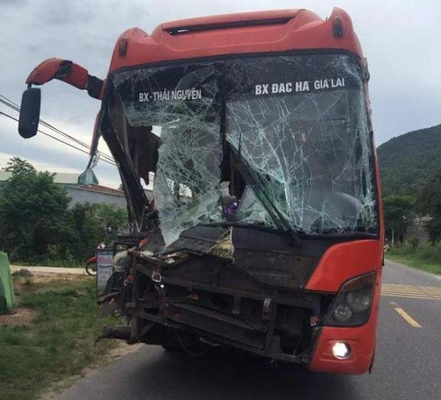 Xe khách mang BKS20B-002.99bị hư hỏng nặng. Ảnh: Vietnamnet.