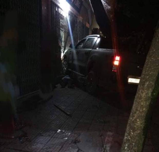 Sau khi tông vào 1 nhà dân chiếc xe này mới dừng lại. Ảnh: Vietnamnet.