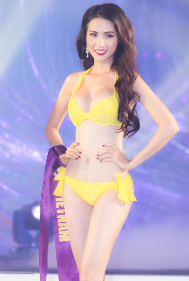 Phan Thị Mơ khoe đường cong khi trình diễn bikini trong chung kết Hoa hậu Đại sứ Du lịch Thế giới 2018. Cô cùng các thí sinh catwalk trên nền ca khúc 'Don't let me down'.