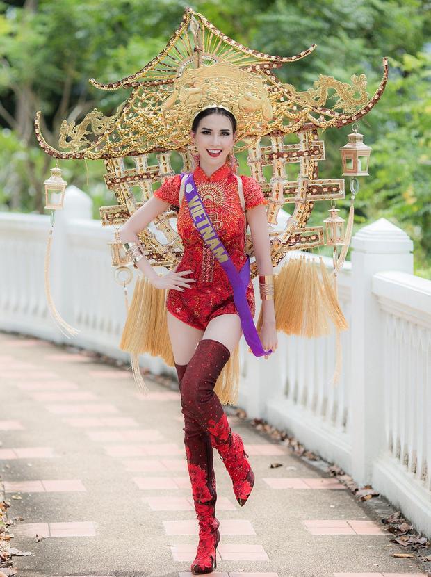 Trang phục dân tộc của Phan Thị Mơ cũng rất độc đáo thú vị, lấy ý tưởng từ Chùa Một Cột