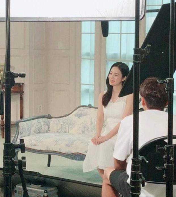 Bức ảnh chụp tại hậu trường cho thấy Kim Tae Hee đã tăng cân trông thấy. Bắp tay to, vòng eo không thon gọn như trước nhưng cô lại căng đầy sức sống và vẻ đẹp của sự hạnh phúc.