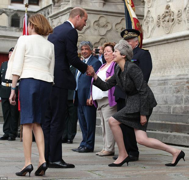 Mỗi lần Thủ tướng Anh Theresa May diện kiến các thành viên Hoàng gia, bà đều thu hút sự chú ý của người khác vì kiểu chào độc lạ. Gần đây nhất là hình ảnh bà May khom người cúi chào Hoàng tử William khi ông tớiNhà thờ Amiens, Pháp, tham dự lễ kỷ niệm 100 năm trận đánh nổi tiếngAmiens thời Thế chiến thứ nhất.