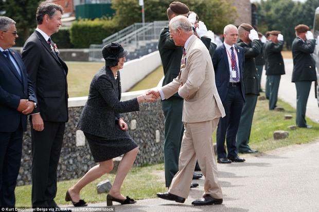 Thủ tướng Theresa May chào Thái tử Charles trong lễ kỷ niệm tại nghĩa trang Tyne Cot Commonwealth War Graves vào ngày 31/7/2017.