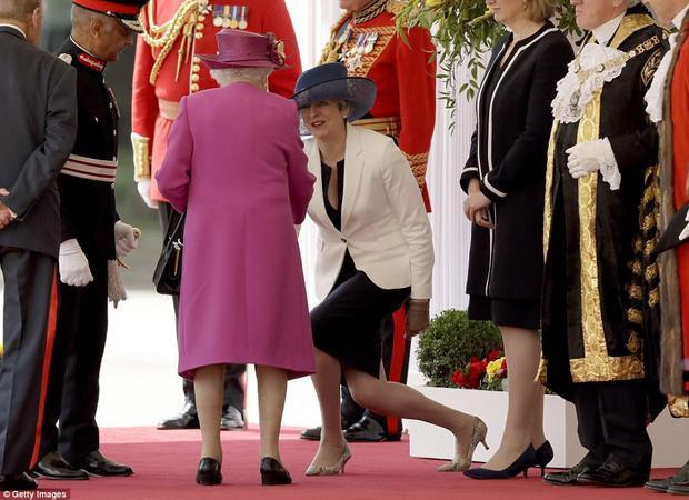 Bà Theresa May khụy gối chào Nữ hoàng Anh trong nghi lễ đón chào nhà vua Felipe và Nữ hoàng Letizia của Tây Ban Nha tại London vào ngày 12/7/2017.