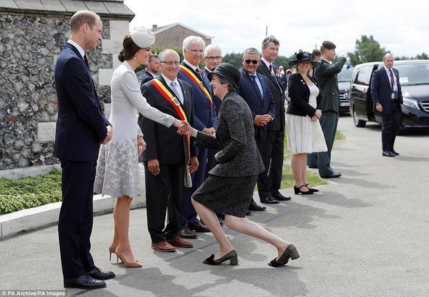 Thủ tướng Theresa May chào đón Công tước và Nữ công tước xứ Cambridge.Kiểu chào nhún người của nữ chính trị gia trước các thành viên hoàng gia từng gây ra nhiều ý kiến trái chiều khi mọi người cho rằng, bà đã khom người một cáchquá thấp.