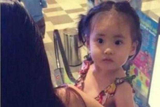 Hình ảnh duy nhất cận cảnh bé gái được cho là con của Thủy Tiên và Công Vinh.