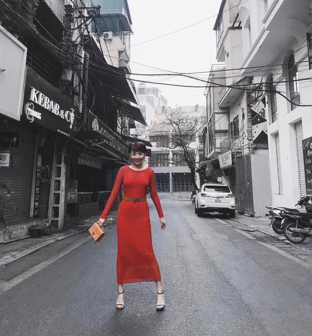 Quý cô thanh lịch và quyến rũ trong chiếc đầm dài đỏ rực, kín đáo.