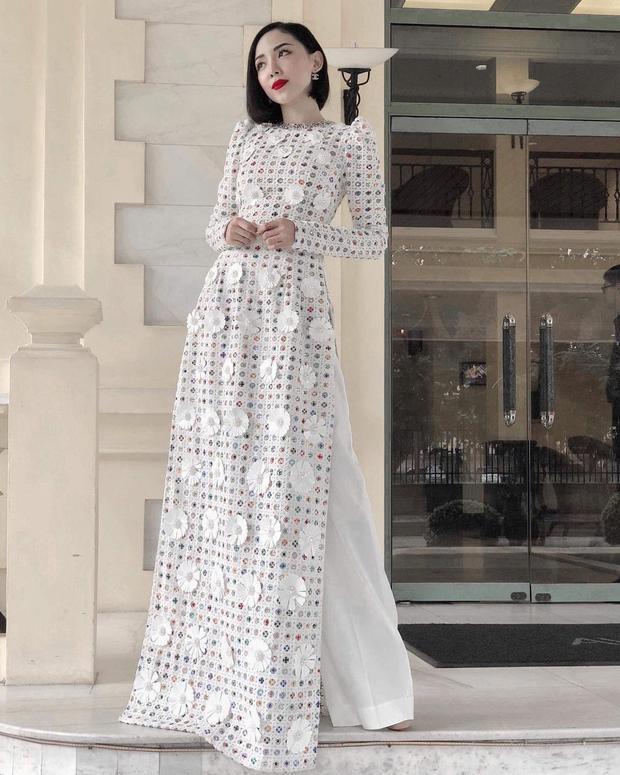 Phiên bản Tóc Tiên dịu dàng, truyền thống và thanh lịch trong tà áo dài Việt Nam.