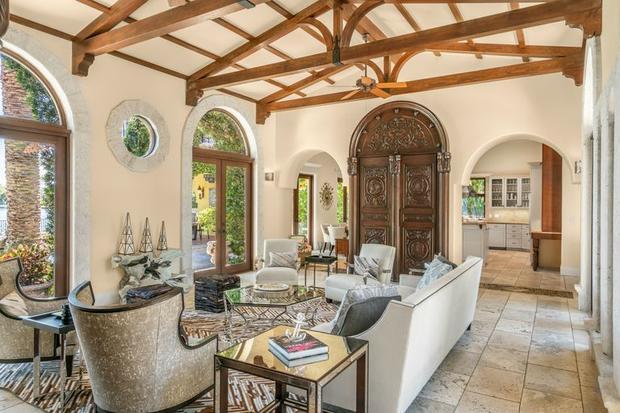 Phòng khách với thiết kế ấn tượng cùng phần mái vòm với những dầm lộ thiên độc đáo.