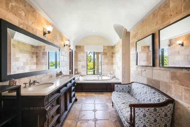 Phòng tắm với view nhìn ra dòng sông bên cạnh với đầy đủ tiện nghi khiến nhiều người choáng ngợp khi nhìn thấy.