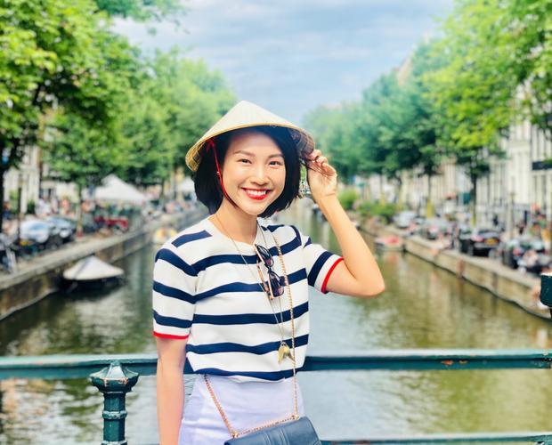 Hoàng Oanh rạng rỡ bên chiếc nón lá, cô tự hào khi có thể mang văn hóa Việt đi khắp muôn nơi.