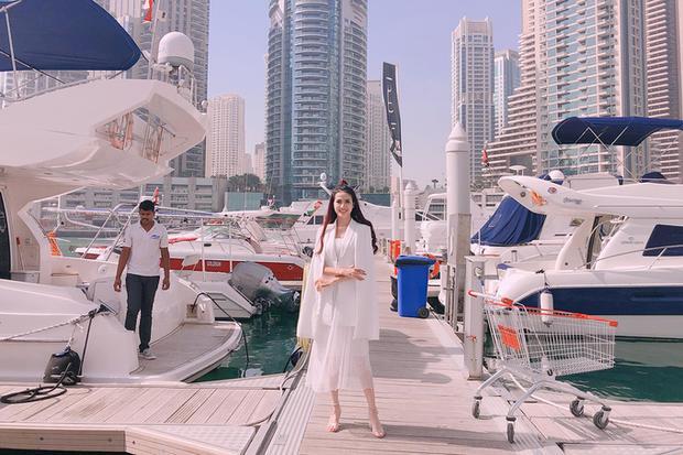 Trước khi trở thành Hoa hậu Đại sứ Du lịch Thế giới, Phan Thị Mơ đã có nhiều chuyến đi trong lẫn ngoài nước. Hồi tháng 2, người đẹp có một tuần nghỉ dường tại Dubai, một trong những đất nước có chi phí du lịch đắt đỏ trên thế giới. Tại đây, cô đã còn có nhiều trải nghiệm như nghỉ tại căn phòng với nội thất dát vàng trong khách sạn 7 sao, đi du thuyền, thưởng thức các món trang trí bằng vàng…