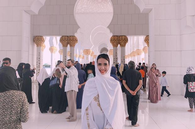 Tại Abu Dhabi, Phan Thị Mơ đến thăm thánh đường Hồi giáo Sheikh Zayed Grand, một trong những nhà thờ hiện đại đẹp nhất Trung Đông.