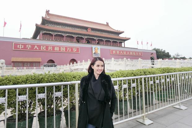Trước đó, vào tháng 1, người đẹp có chuyến đi đến hai thành phố lớn của Trung Quốc là Bắc Kinh và Thượng Hải. Tại đây, cô tham quan Vạn Lý Trường Thành, Tử Cấm Thành, quảng trường Thiên An Môn (ảnh) và khám phá ẩm thực địa phương.