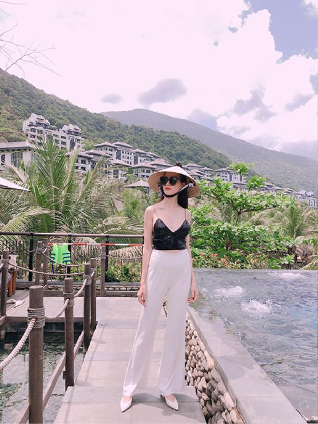 Trong nước, người đẹp có chuyến nghỉ tại một resort 5 sao ở Đà Nẵng hồi tháng 3. Khu nghỉ gây ấn tượng bởi thiết kế sang trọng, mang tính thẩm mỹ và văn hóa đặc trưng của người Việt. Giá phòng tại đây từ 13 triệu đồng một đêm.