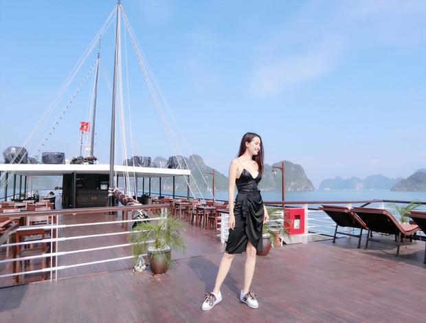 Phan Thị Mơ sinh năm 1990, cao 1,72 cm, nặng 46 kg, số đo ba vòng 90 - 57 - 100 cm. Người đẹp miền Tây tạo dáng trên một du thuyền tại vịnh Hạ Long hồi đầu năm.