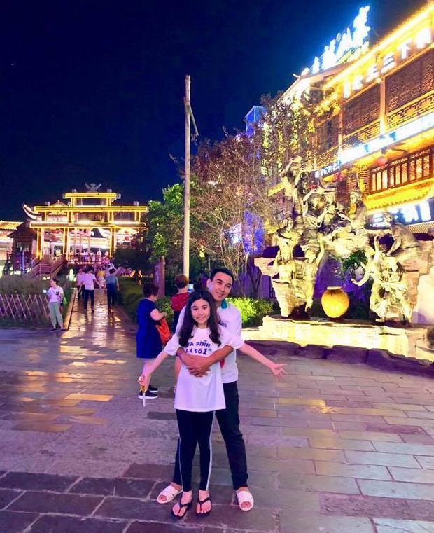 Đi du lịch Phượng Hoàng Cổ Trấn cùng vợ con xinh đẹp, MC Quyền Linh vẫn trung thành với dép tổ ong