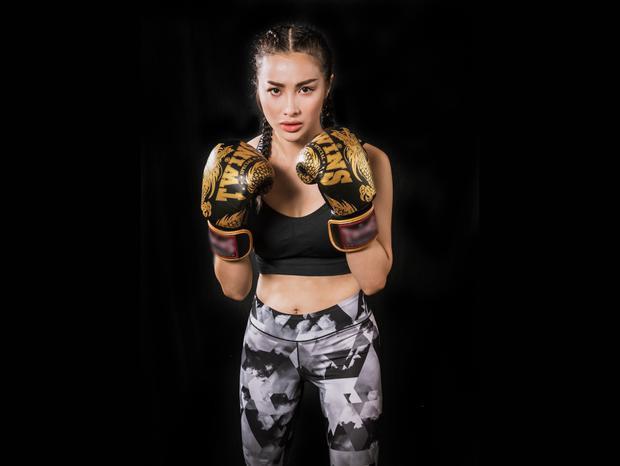 """Nữ diễn viên chia sẻ: """"Đây là lần đầu tôi tham gia thi đấu chính thức như thế này. Nhưng từ trước tôi đã tập luyện nên cũng không quá bỡ ngỡ với các động tác, tư thế thi đấu. Thậm chí, tôi cũng từng bị chấn thương khi tham gia tập luyện boxing cách đây 3 tháng""""."""