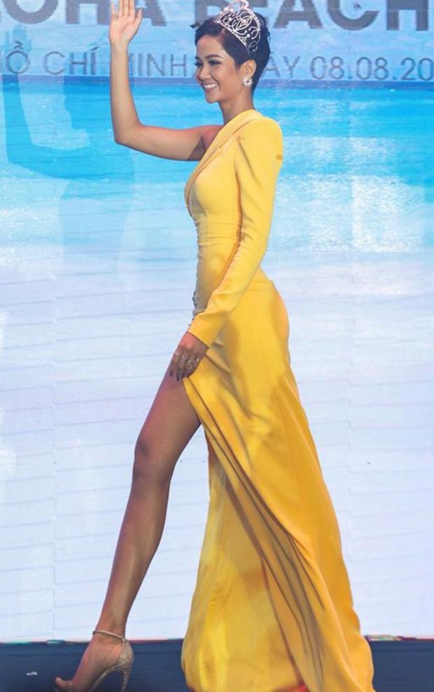 """Hoa hậuH'Hen Niêkhéo léo khoe đôi chân dài qua chiếc váy thiết kế tinh tếvới chi tiếtxẻ tà cao đến """"thót tim"""". Đây là một thiết kế có kiểu dáng khá đặc biệt, vừa có sự thanh lịch của vest, vừa có sự thướt tha của váy. Vốn thích thử nghiệm nên Hoa hậu tóc ngắn sẵn sàng khoác lên mình những thiết kế độc nhất vô nhị như thế này."""