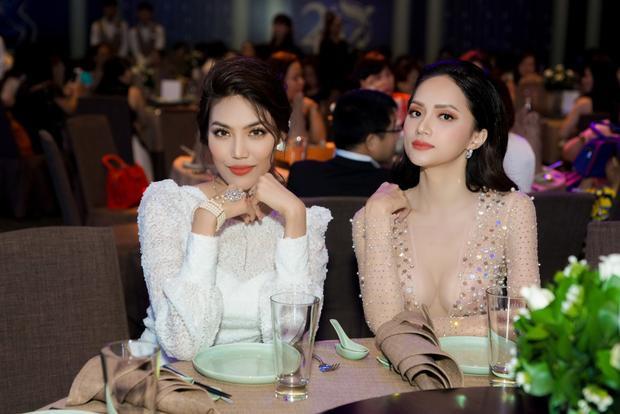 Lan Khuê và Hương Giang có màn đọ sắc mười phân vẹn mười tại sự kiện.