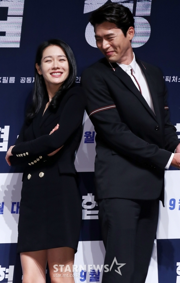 Chị đẹp Son Ye Jin bỗng nam tính, đọ vẻ đẹp trai với tài tử Hyun Bin tại họp báo Negotiation
