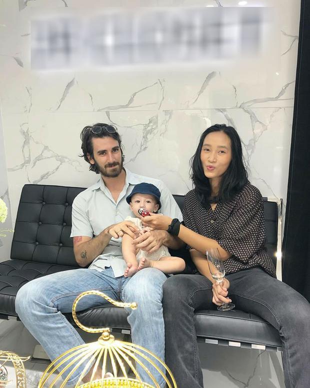 Hot: Sau thời gian dài vắng bóng, Trang Khiếu tái xuất khoe con trai nhỏ và người yêu ngoại quốc