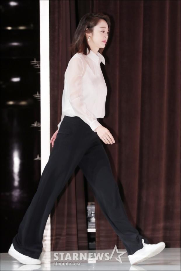 Siêu mẫu chân dài Choi Yeo Jin.