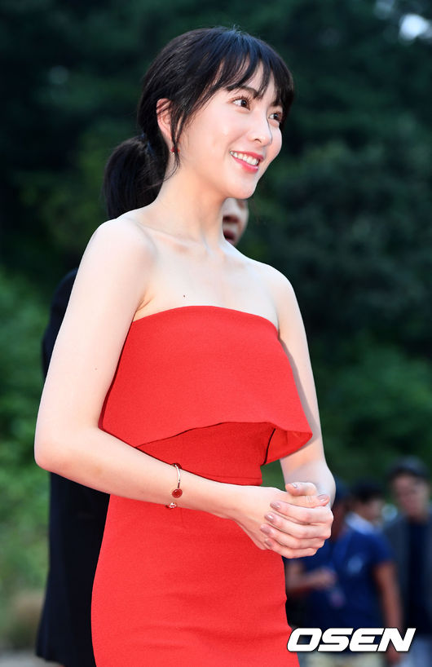 Cô em út của nhóm KARA nổi bật với váy đỏ khoe vai trần, trông xinh xắn và trưởng thành hơn.