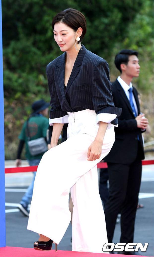 Kiểu tóc ngắn khá hợp với gương mặt của Lee El.