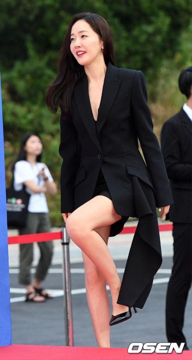 """Thần thái sang chảnh của diễn viên Uhm Ji Won - cô bạn thân thiết của """"Chị đại"""" Gong Hyo Jin và """"Chị đẹp"""" Son Ye Jin."""