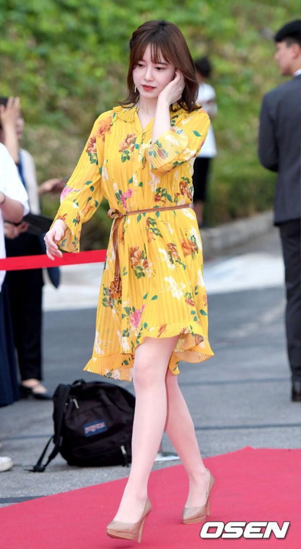 """Nữ chính """"Vườn sao băng"""" thu hút mọi chú ý với bộ váy hoa màu vàng, gương mặt bầu bĩnh, đáng yêu cùng làn da trắng."""